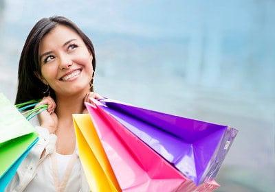 Uśmiechnięta kobieta z zakupami