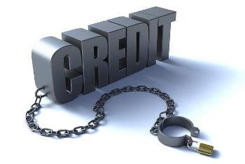 Napis kredyt przypięty łańcuchem