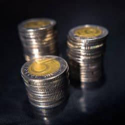 Monety pięciozłotowe ułożone w trzy stosy