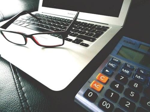 Laptop i kalkulator leżą na stole