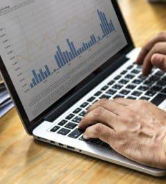 Mężczyzna robi wykres na laptopie